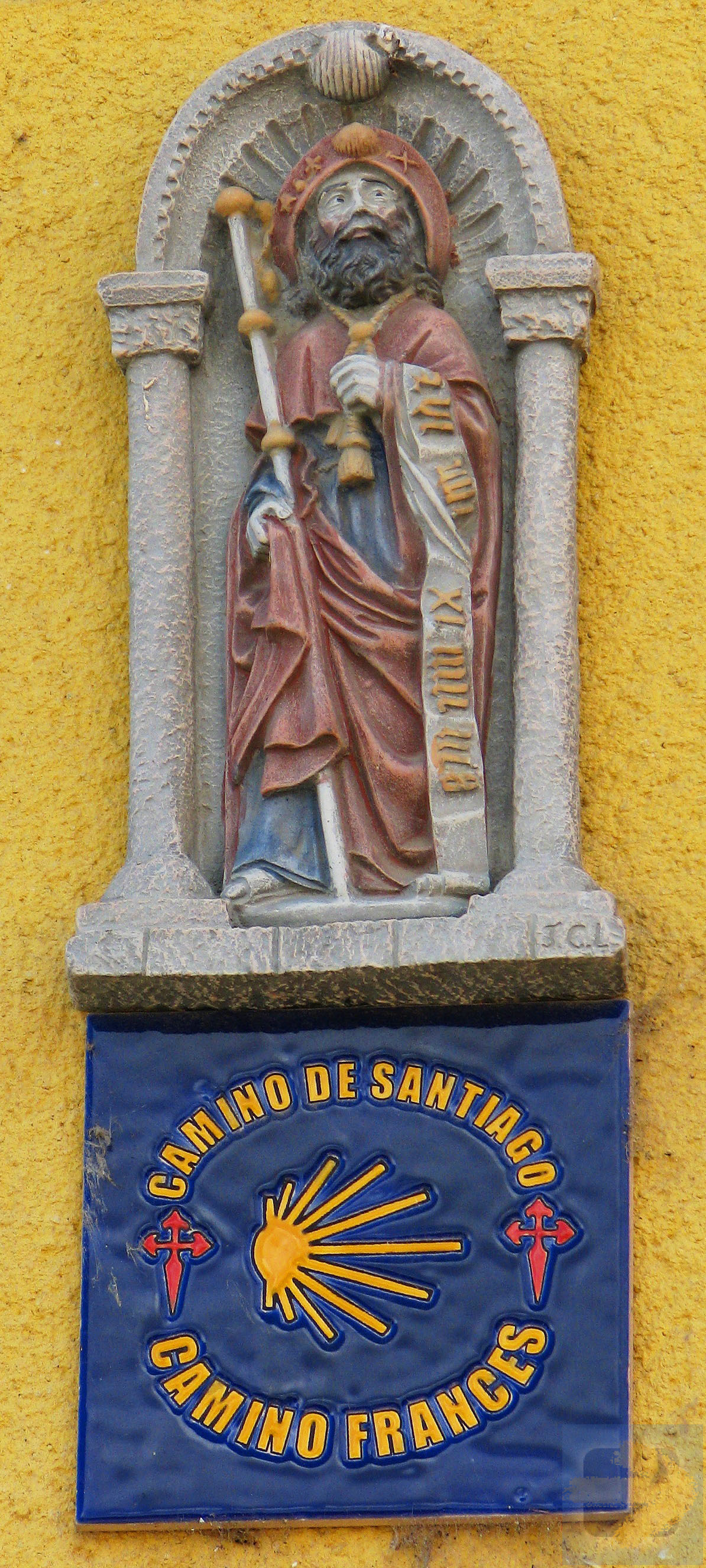 The very small statue on the facade of the house No. 63, Fuente Nuevas